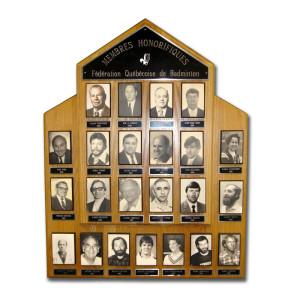 Plaques des membres honorifiques qui se retrouvent dans les bureaux de Badminton Québec.